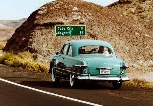 ретро автомобиль на дороге