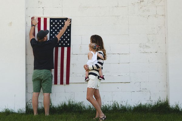 Люди и американский флаг