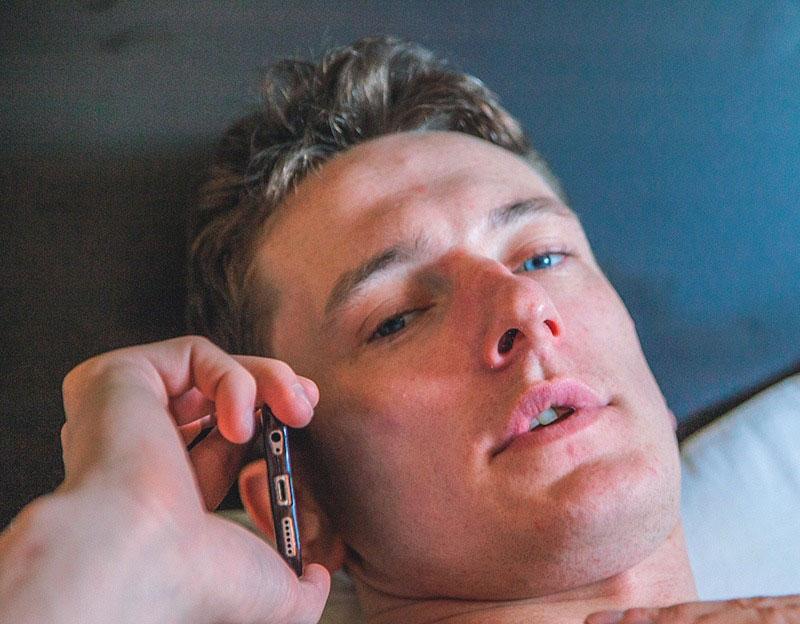 мужчина говорит по телефону